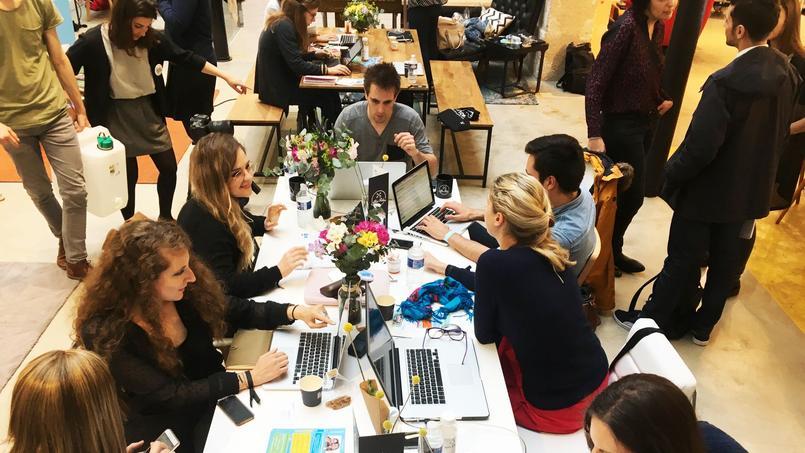 Des coworkeurs dans le showroom de Made.com.