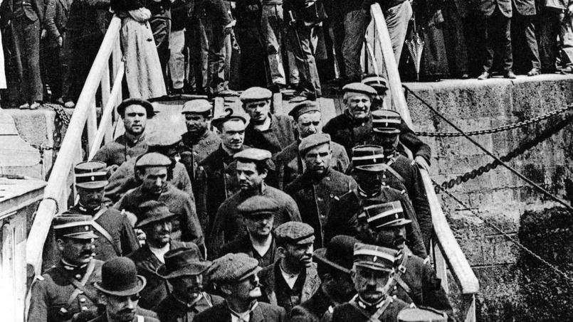 Départ pour le bagne de la Bande à Bonnot en 1913. Depuis La Rochelle, ils rejoignent les Iles du Salut situées en face de Kourou en Guyane.