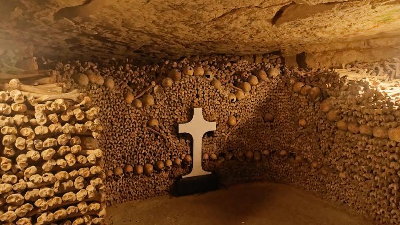 Catacombes de Paris: l'ingénieur des carrières, Louis-Étienne Héricourt de Thury (1776-1854), souhaita une certaine mise scène lorsqu'il aménagea le site.