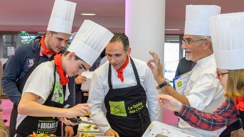 Une des brigades culinaires mises en place par l'association dans un collège en zone sensible.