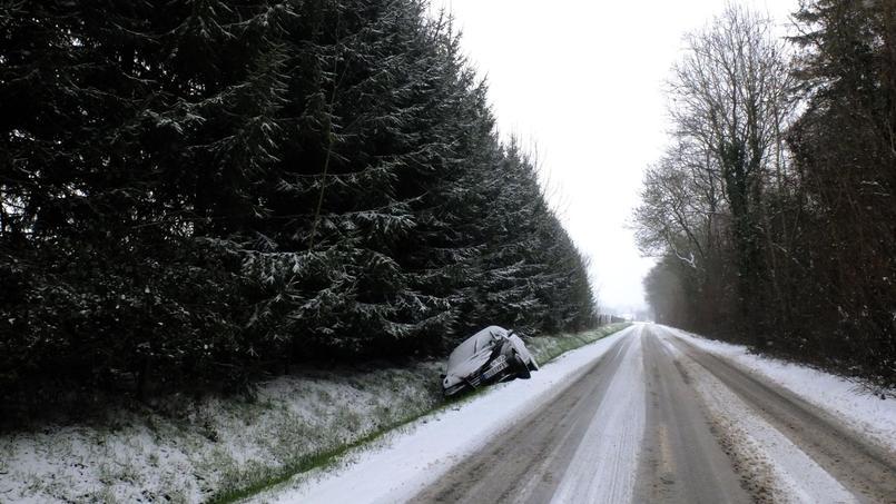 Une voiture dans le bas côté dans le département de l'Essonne.
