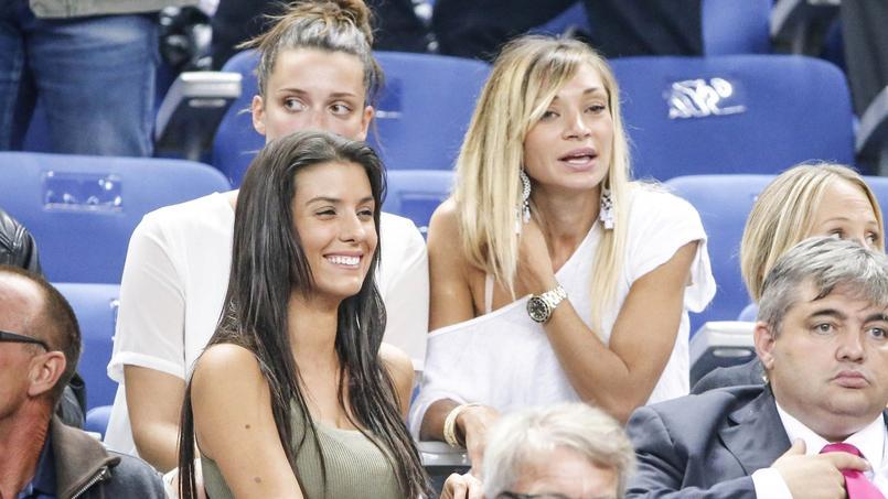 Fiona Cabaye, à droite sur la photo, lors d'un match de léquipe de France de football.