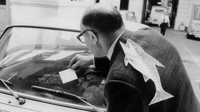 Poisson collé dans le dos d'un homme à l'occasion du 1er avril, à Paris en 1972.
