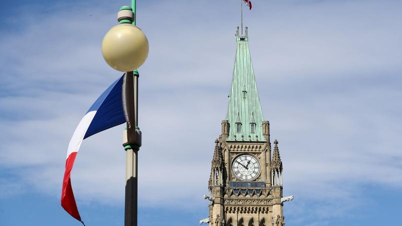 Drapeau français devant la tour de la Paix du Parlement du Canada, à Ottawa.