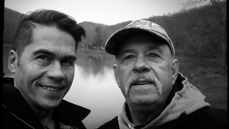 David Zapata et son père biologique, Kelly, lors de leur première rencontre aux Etats-Unis, le 7 mars 2017.