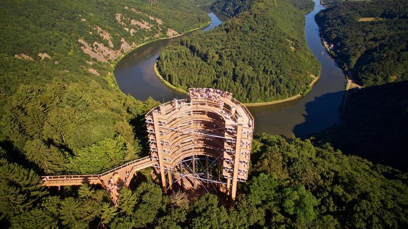 Le parc naturelde Sarre-Hunsrück propose un chemin en bois suspendu qui se faufile au faîte de la forêtet débouche sur une tour grandiose en bois offrantune vue à couper le souffle sur une bouclede la Sarre.