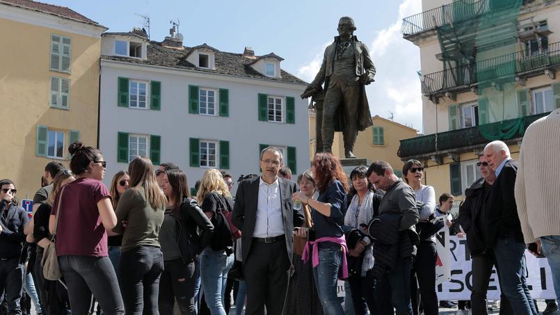 Sous la statue de Pascal Paoli, à Corte. Jean-Guy Talamoni, président de l'Assemblée de Corse, parle avec les étudiants qui s'apprêtent à manifester contre le traitement réservé aux unions indépendantistes par la police sur l'île, le 5 avril 2017
