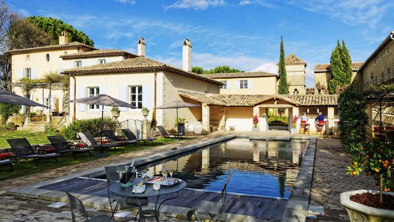 Dans le Gard, à Montaren-et-Saint-Médiers, Valérie et Marc Courivaud ont eu le coup de cœur pour cette ancienne résidence des évêques d'Uzès. Ouvert il y a quelques mois, le Domaine de Fos est une adresse conviviale dans l'esprit d'une grande maison de famille.
