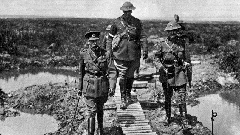 Le roi d'Angleterre George V (à gauche) marchant dans la boue à Vimy, le commandant canadien Sir Arthur Currie et le General Henry Horne 1917.