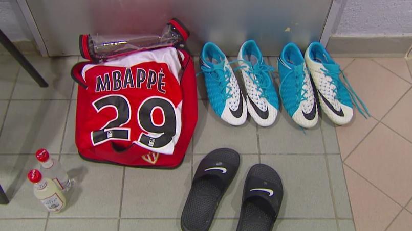 Faute de place dans le vestiaire d'Angers, Mbappé a dû se changer par terre