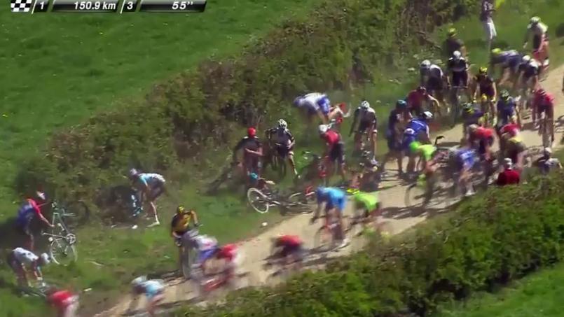 Paris-Roubaix : première grosse chute collective du peloton sur les pavés
