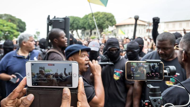 Des membres des «500 frères» manifestent devant la préfecture à Cayenne.