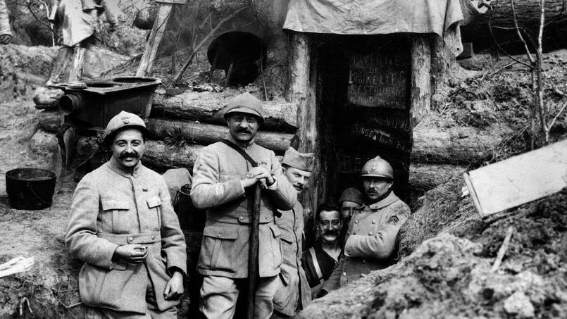 Au point de départ de l'attaque sur le village de Craonne, des poilus prennent la pose devant l'abri de leur colonel.