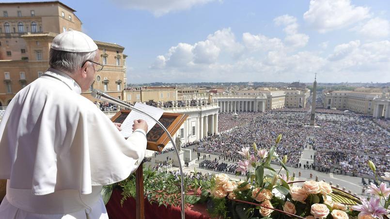 Le pape François a célébré la messe de Pâques avant de donner sa bénédiction urbi et orbi devant des milliers de fidèles rassemblés sur la place Saint-Pierre de Rome, dimanche.