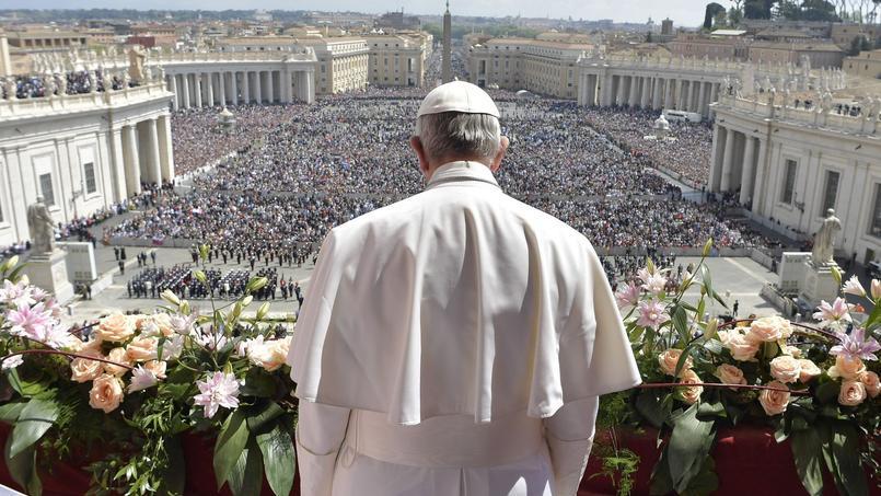 Le pape François délivrant son discours «Urbi et Orbi» sur la balcon de la Basilique de Saint-Pierre, au Vatican dimanche.