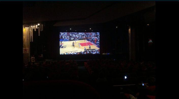 Les fans ont pu assister au cinéma en France à la rencontre entre les Golden State et Portland. Source: Twitter