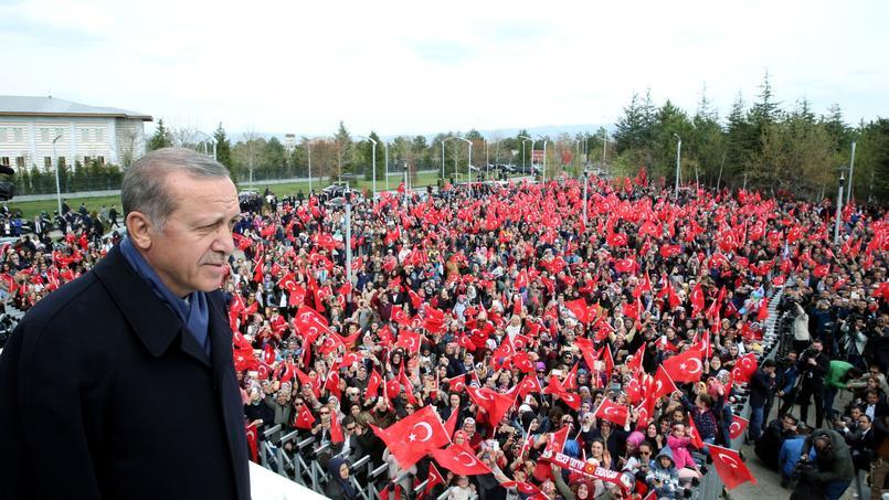 Accueilli dans la capitale, à son retour d'Istanbul, par une foule de partisans devant l'aéroport Esenboga, Erdogan a promis que «les choses (iraient) mieux».