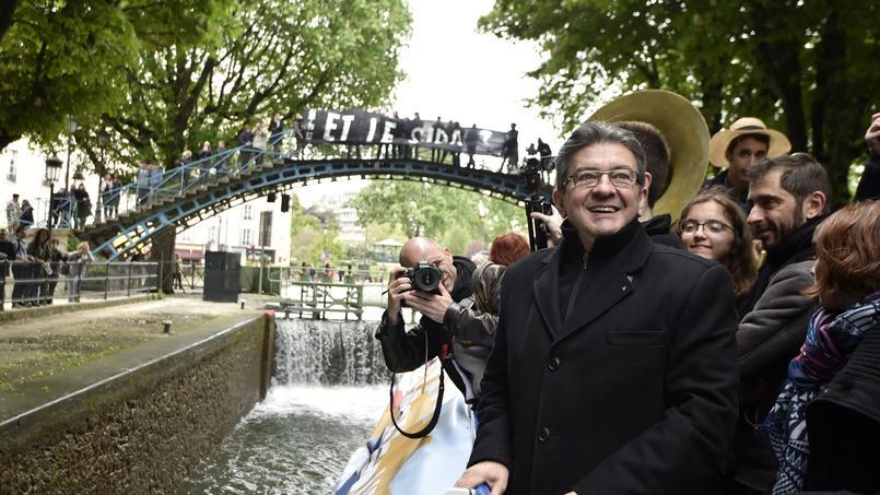 Jean-Luc Mélanchon à bord d'une péniche sur le canal Saint-Martin, à Paris, lundi.
