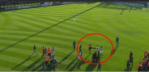 Un stadier agressant des joueurs lyonnais. Crédit source: image Twitter
