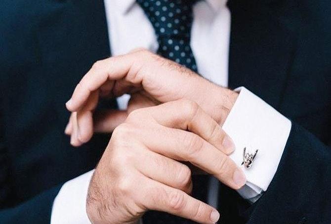 Les boutons de manchette sont réalisés en argent ou en or rose dans un atelier de joaillerie parisien
