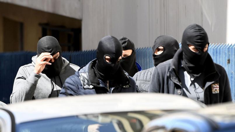 À Marseille, des membres de la Police judiciaire quittent la maison dans laquelle un des deux suspects a été arrêté.