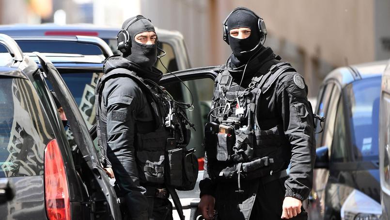 Des membres du RAID sur les lieux où l'attentat terroriste a été déjoué, mardi à Marseille.