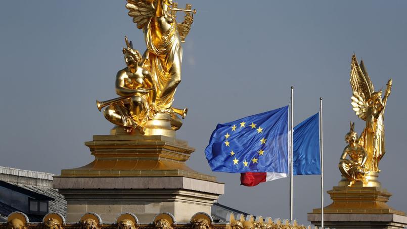 Drapeaux européen et français sur le toit de l'Opéra Garnier, à Paris