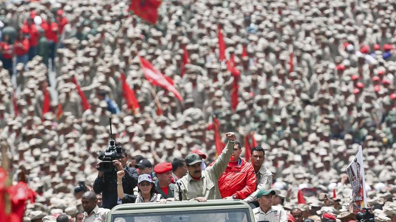 Le président vénézuélien Nicolas Maduro lors de son arrivée à la célébration du septième anniversaire de la création des milices bolivariennes. Il a affirmé vouloir distribuer un fusil à chacun des 500.000 miliciens.