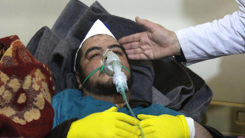 Un homme soigné après l'attaque chimique présumée sur Khan Cheikhoun le 4 avril dernier.