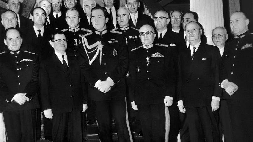 À la suite du putsch du 21 avril 1967, le nouveau gouvernement formé par les colonels entoure le roi Constantin II.