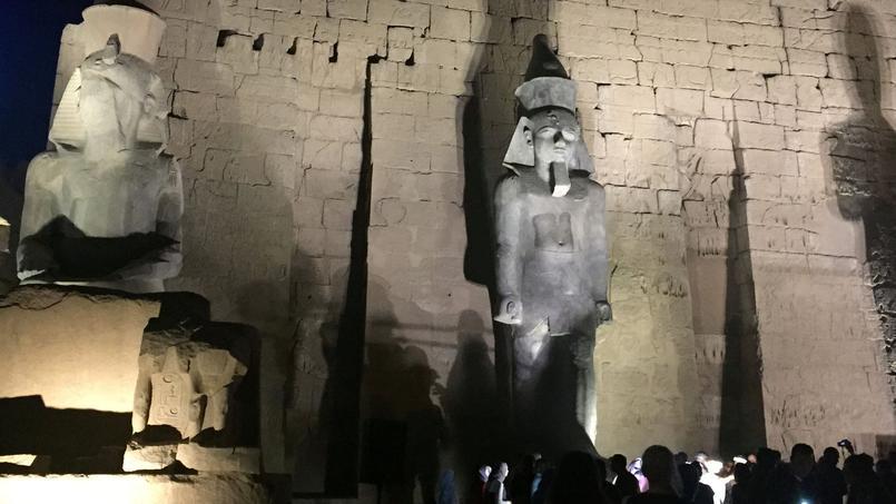 Une monumentale statue de Ramsès II, retrouvée en morceaux dans les années 1960, a été dévoilée après restauration, à Louxor, en Égypte.