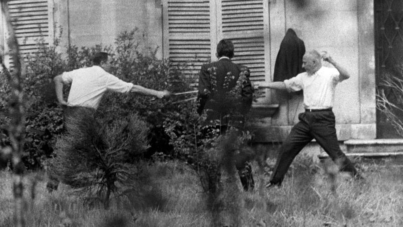 Gaston Defferre et René Ribière offrent aux photographes présents un spectacle insolite le 21 avril 1967: le dernier duel à l'épée.