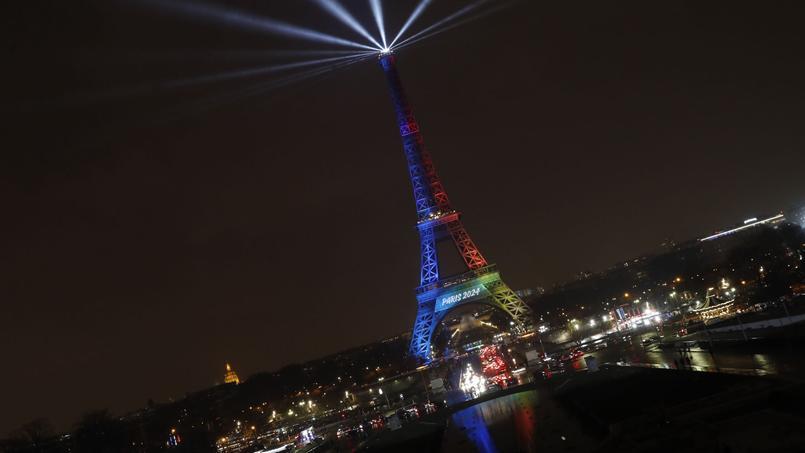 La Tour Eiffel éclairée aux couleurs des JO Paris 2024