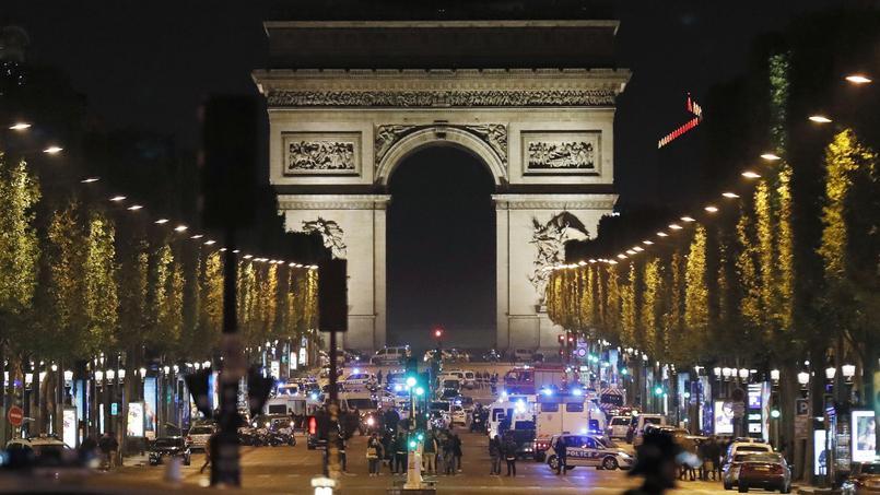 L'Arc de Triomphe, le Palais de la Découverte, le Grand et le Petit Palais, ainsi que la place de la Concorde constituent cinq grands points d'attraction touristique, le long de l'avenue.