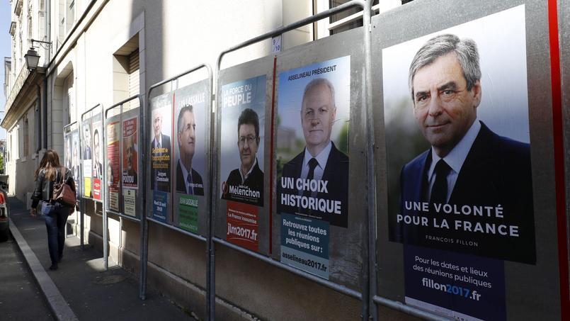 Panneaux électoraux dans une rue d'Angers, le 12 avril.