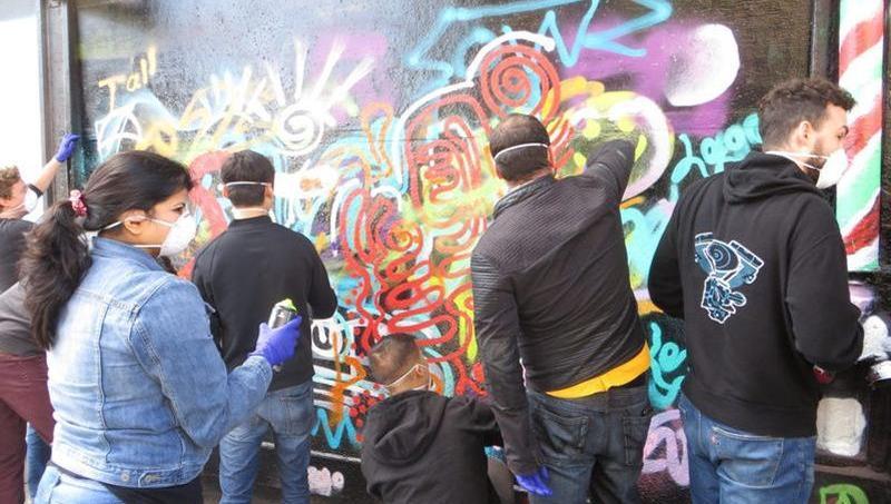 Les employés étaient réunis pour une séance de team building grâce au graffiti. Crédits: 1AM