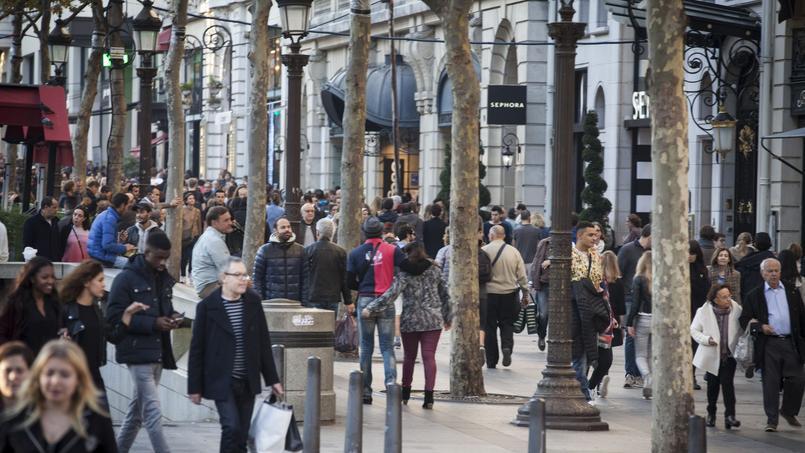 Près de 100 commerces différents qui sont situés sur les Champs-Élysées.