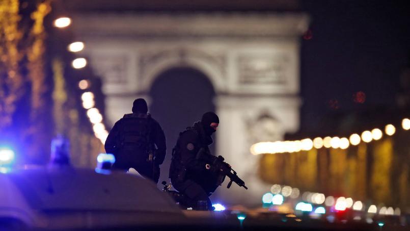Des policiers sur les Champs-Elysées hier soir peu après l'attaque.