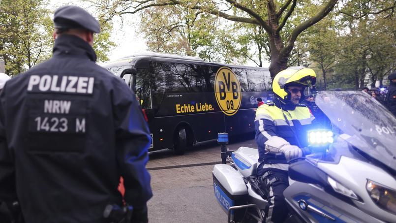 Les joueurs du club allemand du Borussia Dortmund escortés par la police avant le match de Bundesliga les ayant opposés à Francfort, samedi 15 avril, quatre jours après l'explosion de leur bus.