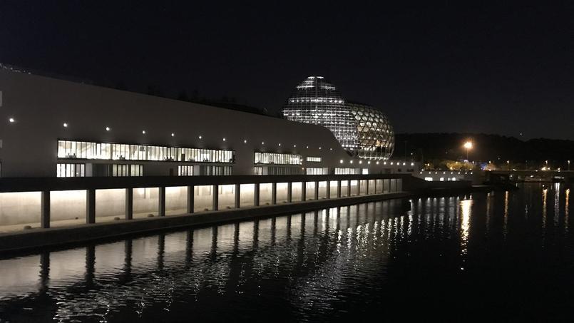 Avec son toit «ruche», ses courbes, son bois clair et ses fauteuils ultramoelleux, la Seine Musicale est sans aucun doute l'une des plus belles salles de Paris et surtout la plus confortable.