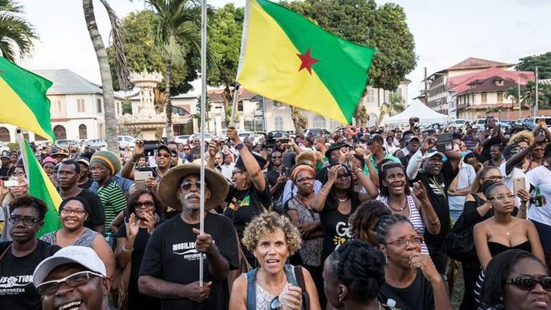 Des représentants du collectif de mobilisation réunis vendredi soir devant la préfecture de Cayenne.