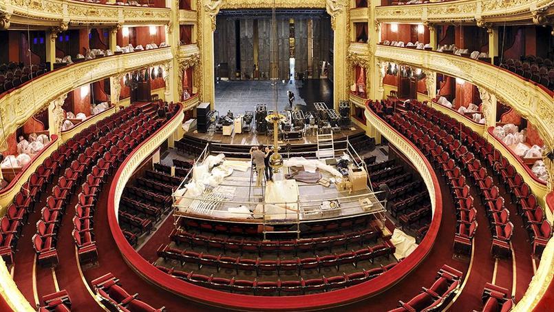La repose du lustre de l'Opéra Comique après deux ans de travaux de rénovation (Paris IIe).