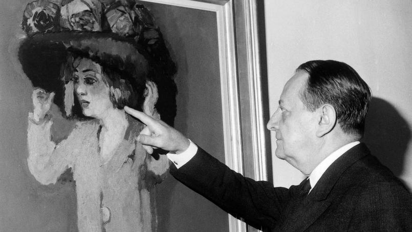 André Malraux, ministre d'État chargé des affaires culturelles, admire le tableau La fillette au grand chapeau du peintre Van Dongen lors d'une l'exposition au Musée d'Art Moderne de Paris, le 13 octobre 1967.