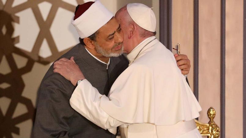 Le pape François embrassait le Grand Imam d'Al-Azhar, Ahmed al-Tayeb, au Caire le 28 avril 2017, afin de prôner la tolérance et le vivre-ensemble.