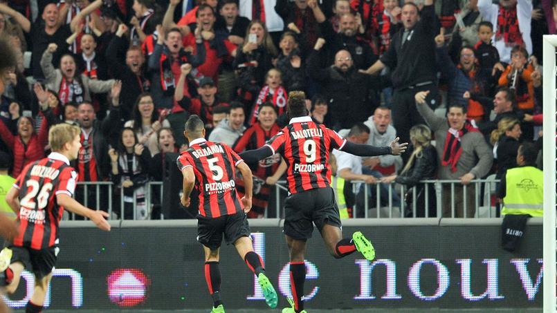 Balotelli fête son but avec les supporters et ses coéquipiers.