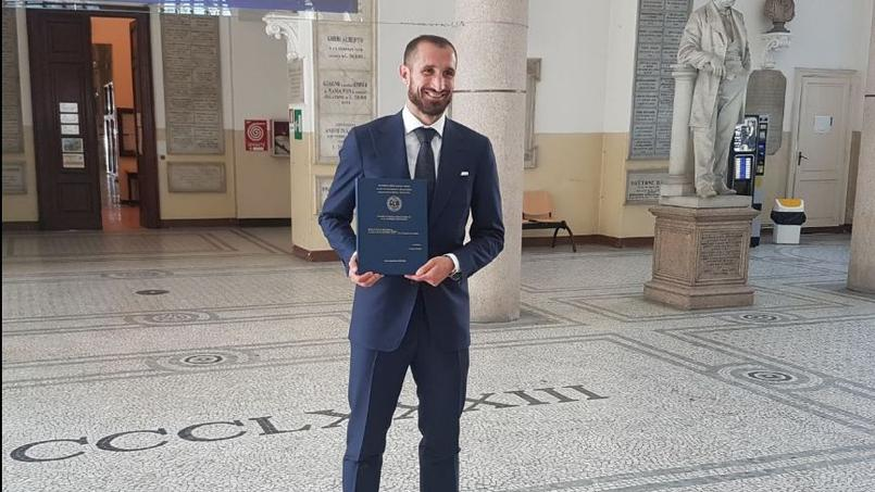 Giorgio Chiellini et son diplôme obtenu le 6 avril 2017, à l'Université de Turin