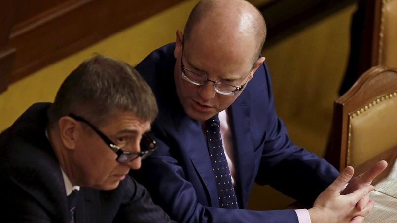 Andrej Babis, ministre des Finances (à gauche), et Bohuslav Sobotka, premier ministre démissionnaire.