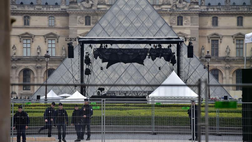L'esplanade du Louvre se prépare à fêter l'éventuelle victoire d'Emmanuel Macron ce dimanche soir.