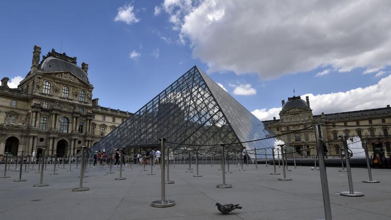 Esplanade du Louvre à Paris.