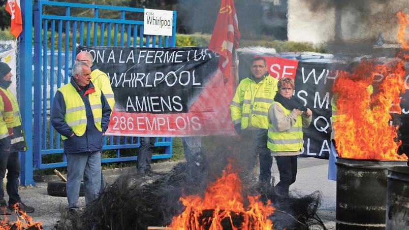 Des salariés de l'usine Whirlpool d'Amiens hostiles au projet de délocalisation du site en Pololgne, bloquent l'entrée de l'entreprise, le 26 avril.